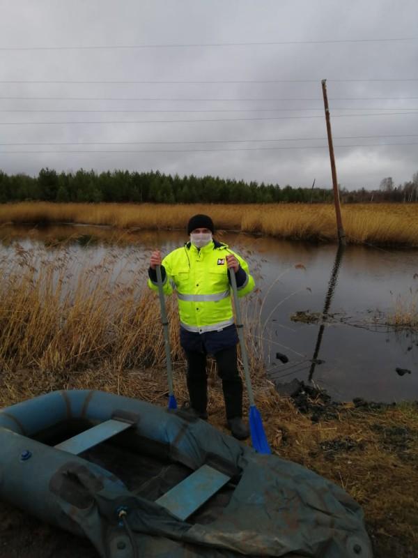 работники МУП Горкомсети устраняю последствия урагана