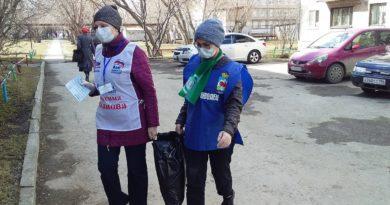 Волонтеры раздают продуктовые наборы