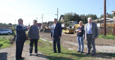 Депутаты на объекте в деревне Глядены