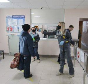 Специалисты ОТиПБ проводят профилактику коронавирусной инфекции на заводской проходной