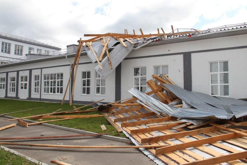 Ураганом посрывало крыши зданий
