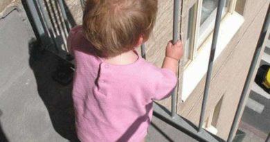 малыш на балконе