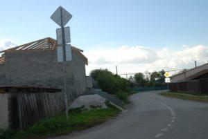расположение по отношению к дороге