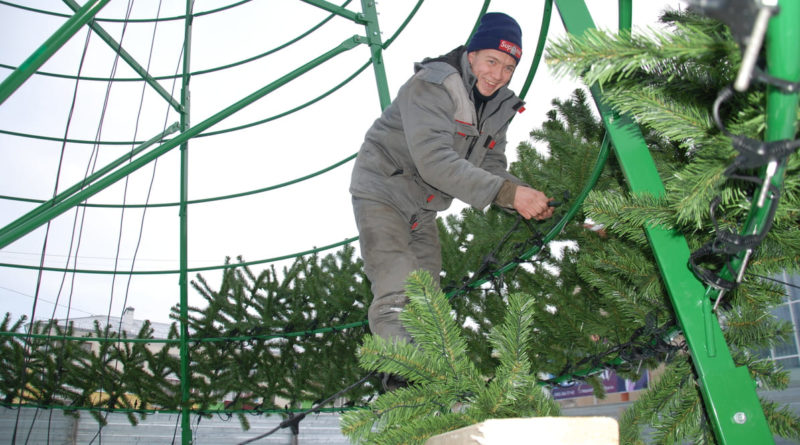 монтаж елки на Центральной площади