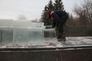 на ледовый городок пошел лед