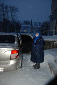 Медсестра Ольга Шавкун едет на забор анализов