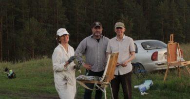 Илья Пьянков (в центре) на пленэре в окрестностях села Знаменского