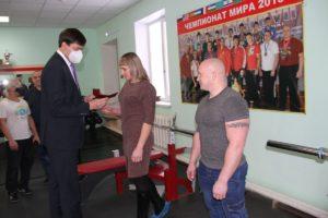 Зубарев вручает удостоверение Куткиной