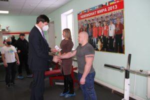 Зубарев вручает удостоверение Лапину