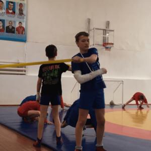 Призер Сергей Брылин тренируется несмотря на перелом руки