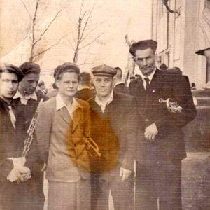 Музыканты духового оркестра у клуба шамотного завода, 1950-е
