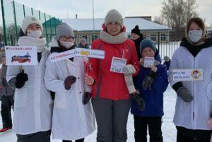 Волонтеры-медики с жителями села