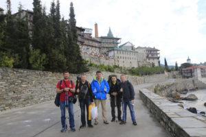 Евгений Кузовников (первый слева) с другими паломниками у стен русского монастыря святого Пантелеимона. Афон, 2014 г.