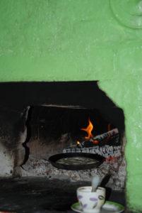 Блины пекутся на углях в загнёте