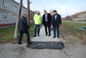 Алексей Трофимчук (первый справа) в составе комиссии контролирует работы  по обустройству тротуаров