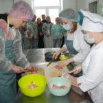 К. Туманов с поваром и технологом ООО «Резерв Школьное питание» готовят бефстроганов