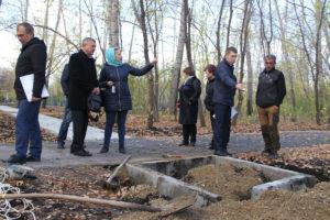 Василий Егоров (второй справа) на приёмке парка по пр. Строителей