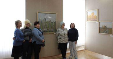 Сухоложцы у пейзажа «Серебряный день» (автор – С. Насташенко)