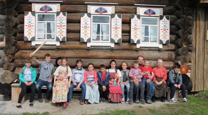 Участники Центра традиционной народной культуры ГО Сухой Лог на областном фестивале народных детских игр Среднего Урала, 2017 г.