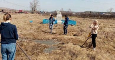 Весенняя чистка территории возле памятника воинам