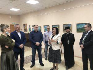 На выставке художественных работ Люси Мкртчян (в центре)