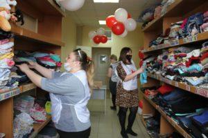 Волонтеры Красного Креста заполняют склад