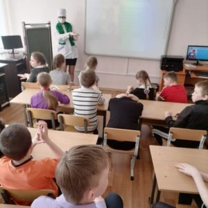 Как обрабатывать руки, показывают студенты