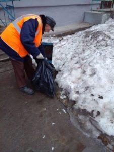 Уборка дворов работниками ЖКУ