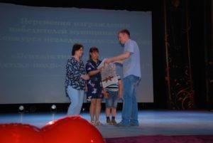 Председатель Общественной палаты Иван Кочкин вручает подарки призерам конкурса