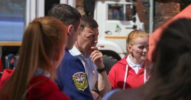 Евгений Куйвашев посетил Дом добровольцев