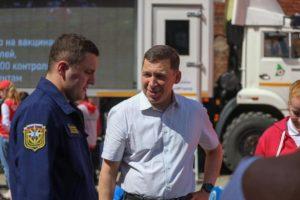 Евгений Куйвашев посетил Дом добровольцев и проголосовал на праймериз