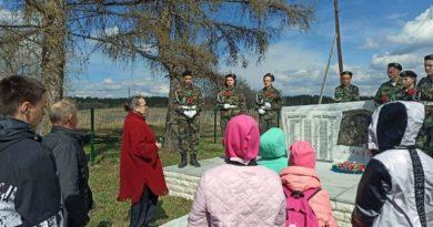 У памятника погибшим воинам в с. Талица