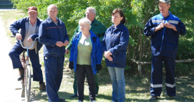Активисты экосубботника в микрорайоне кранового завода