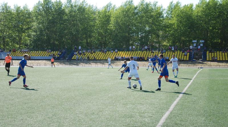 На поле команды «ФОРЭС» (в форме белого цвета) и «Факел»