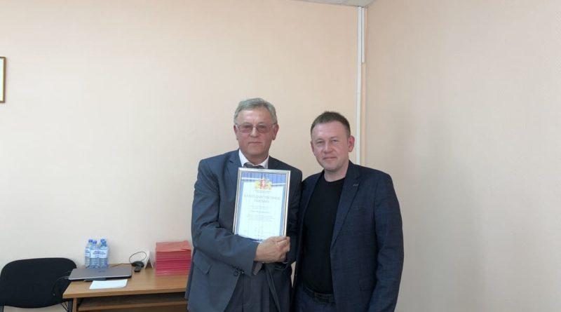 Владимир Воронов вручает благодарственное письмо Ивану Кочкину