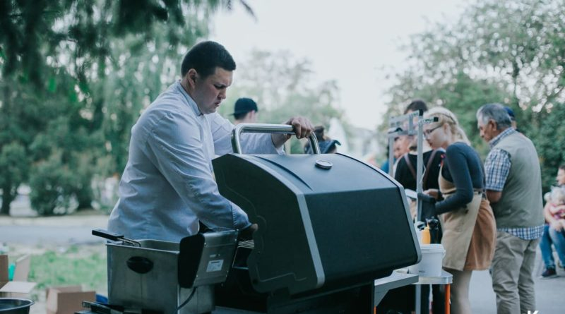 Шеф-повар Алексей Рычков готовит угощения