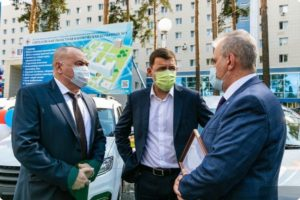 Губернатор передал санитарные автомобили больницам Свердловской области