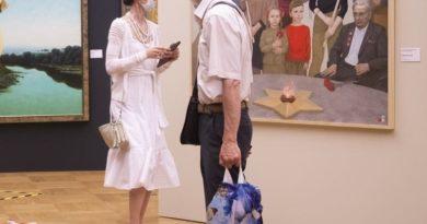 Москвичи возле картины Сергея Насташенко «У Вечного огня»