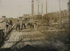 Вид стройки со стороны ул. Мамина-Сибиряка: до соседних домиков можно дотянуться рукой, 1931 г.