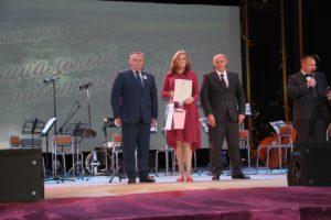 Анастасию Некрасову поздравили глава городского округа Роман Валов и заместитель главы Виктор Игонин