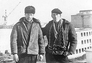 Монтажники Владимир Филатов (справа) и Анатолий Копырин на крыше строящегося ДК «Кристалл», 1973 г