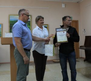 Награда вручается Виталию Корниенко