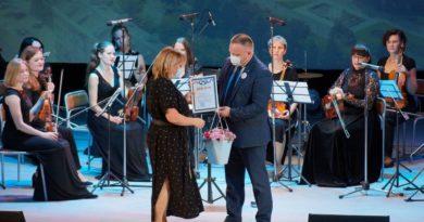 Глава города Роман Валов вручает награду Наталье Горбатовой