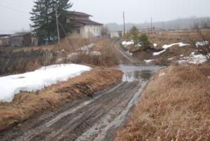 В результате весеннего разлива Шайтанки дорога раньше уходила под воду