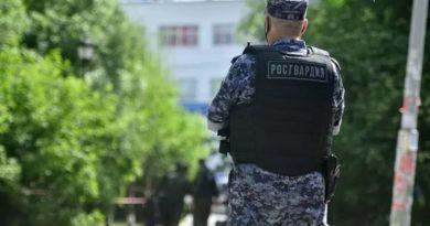 Росгвардейцы передали задержанного парня сотрудникам ГИБДД