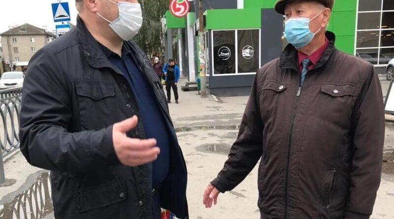 Глава города Роман Валов и председатель Совета ветеранов Анатолий Кыштымов