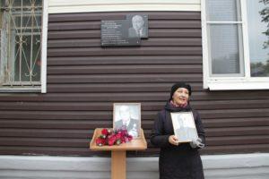 На доме №11 по ул.Октябрьской установлена мемориальная доска ветерану медицинской службы и почетному гражданину Сухого Лога Захару Долгополову.