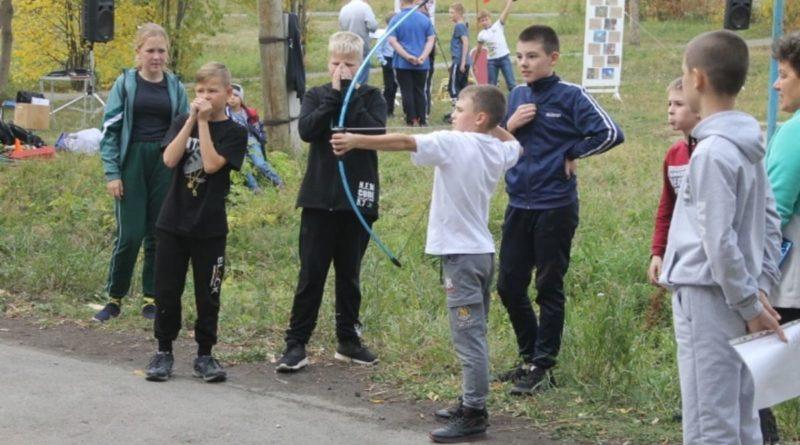 Школьники на этапе «Стрельба из лука»