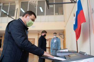 Он признался пришёл голосовать в отличном настроении, несмотря на небольшую травму ноги, полученную ранее