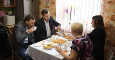 По приглашению местной жительницы Веры Терновой Евгений Куйвашев зашёл к ней в гости на чай